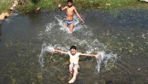 Kimyasal alarm veren Aksu Çayı'nda çocuklar yüzüyor