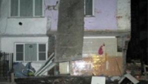 Gündüz boşaltılan bina, gece çöktü