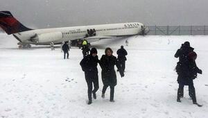 Bu defa New York'ta bir yolcu uçağı pistten çıktı