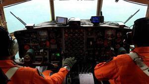 Dünya kaybolan AirAsia uçağını arıyor
