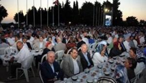 Şehitlikte binlerce kişi Mehmetçiğin kumanyasıyla iftar açtı