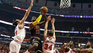LeBron James, Chicago Bullsu son saniyede yıktı