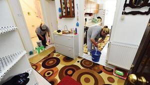Yaşlı evlerine bahar temizliği