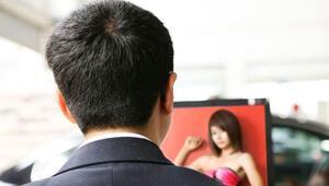 Porno seyreden erkekler daha fazla cinsel arzu duyuyor