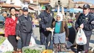 Polis simit dağıttı