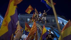 İspanyollar Kralın tahttan feragat etmesi üzerine sokaklara döküldü