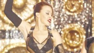 Avustralyalı şarkıcıdan göbek şov