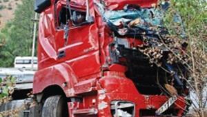 TIR'ın freni patladı iki otomobile çarptı