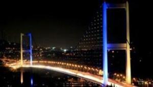 Sarı-lacivert, bordo-mavi şampiyon Boğaziçi Köprüsü