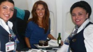 Uçakta doğum günü sürprizi