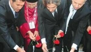 Sinagog kurbanlarına kırmızı karanfil