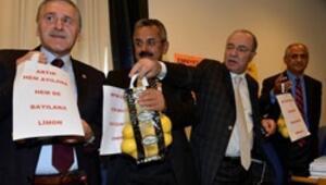 Mecliste limonlu ve pankartlı eylem