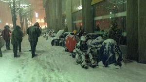 Japonlar Şanslı Çanta için Apple mağazası önünde kamp kurdu