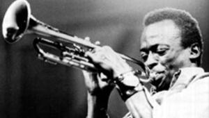 Cazın üç efsane ismi Miles Davis için buluşuyor