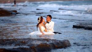 Düğün fotoğrafı için denize girdiler