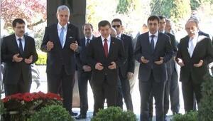 Başbakan Davutoğlu, Özal ve Menderesin kabirlerini ziyaret etti