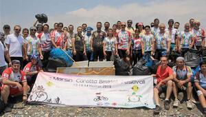 Bisikletçiler carettalar için sahil temizliği yaptı
