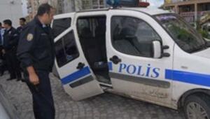 Satırla polis otosuna saldırdı
