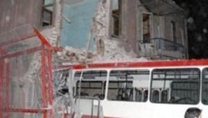 Otobüs eve girdi: 18 yaralı
