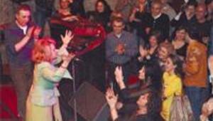 Geçmişin şarkıcıları sahnelere dönüyor yeniden basılan albümleri kapışılıyor her yerde nostalji partileri yapılıyor