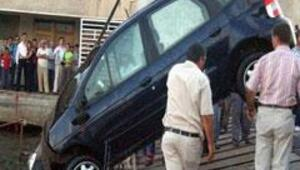 Otomobil arabalı vapurdan düştü