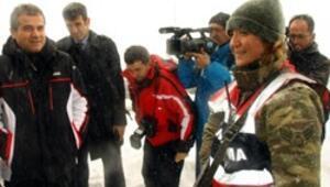 Karda nöbet tutan kadın askere şaşırdı
