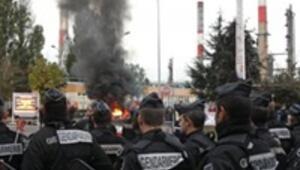 Fransada grev gerginleşirken polis barikat dağıttı