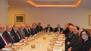 Hüsamettin Cindoruk'tan Milli Merkez yemeği