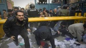 İranlı öğrenciler İngiltere Büyükelçiliğini bastı