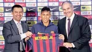 Ve Neymar, Messi'nin yanına imzayı attı