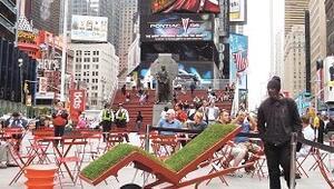 Times Meydanı'na çim kaplı şezlong koyan Türk