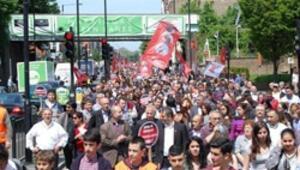 İngilterede alevilerden protesto yürüyüşü