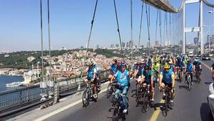 İstanbul Boğazını pedal çevirerek geçtiler