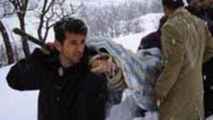 Fenalaşan öğrencisini yaptığı sedyeyle karda hastaneye taşıdı