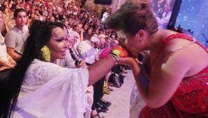 Sahneden indi elini öptü