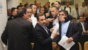 Bayraklı'da meclis karışınca AK Parti'liler salondan çıktı