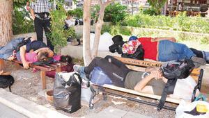 200 bin Suriyeli sokakta kaldı