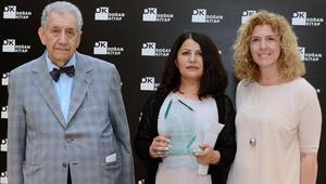 Duygu Asena Roman Ödülü Menekşe Topraka verildi
