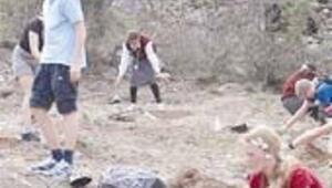Finli öğrenciler Anıtkabir'i ziyaret ederek ağaç dikti