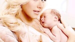 Christina, 1 aylık bebeğiyle poz verdi