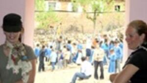 Hollandalı öğrenciler köy okulu onarıyor