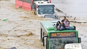 Sel, 3 kilometrede 300 milyon lirayı götürdü