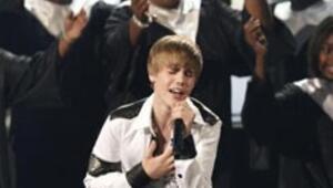 16lık Justin ödülleri topladı