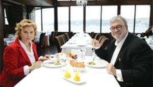 Hayrünnisa Gül iyi mantı açar Emine Erdoğan masayı donatır