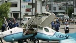 Arızalanan uçak caddeye çakıldı