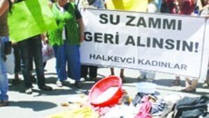 Kirli çamaşırlarla su zammına protesto