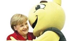 İzin alınırsa Merkel'i öpen Cello reklam olacak