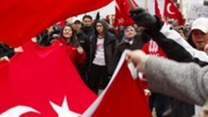 İsveçteki Türkler soykırım tasarısını protesto etti