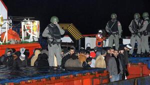 Çanakkale Boğazı'nda 'mülteci gemisi' ile kovalamaca