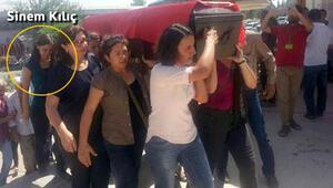 Saldırıdan yaralı kurtulan Sinem Kılıç annesinin naaşını taşıdı